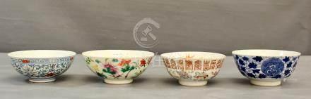 Deux bols en émaux Famille rose, - l'un à décor de calligraphies et des [...]