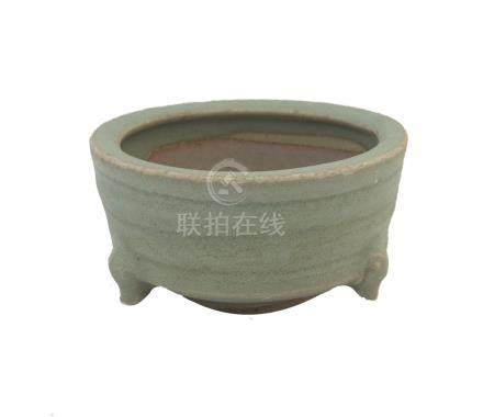 A SONG/YUAN DYNASTY LONGQUAN CÉLADON TRIPOD INCENSE BURNER<br><br><br><br>