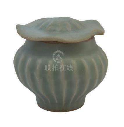 A YUAN DYNASTY LONGQUAN CÉLADON-GLAZED JARLET AND COVER<br><br><br><br><br>