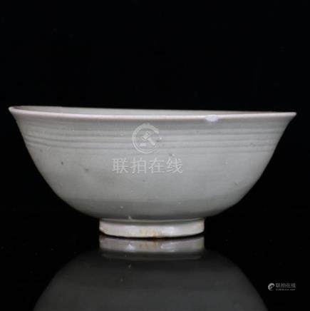 Longquan ware Chinese porcelain bowl with celadon glaze, 14t