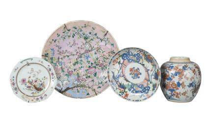 Four pieces of Chinese porcelain, 17th-19th century, comprising an 18th century imari jar painted