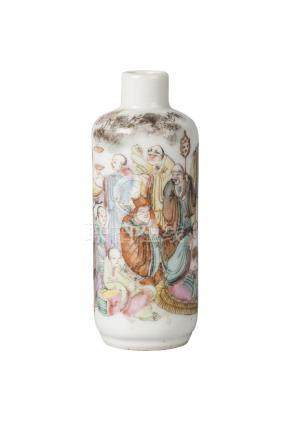 A Chinese porcelain snuff bottle, late Qing dynasty, painted in famille rose enamels with