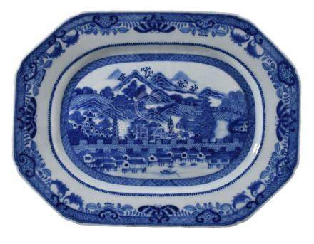 A Chinese blue and white 'Hong' pattern meat dish