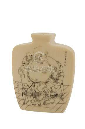 SMALL 'EROTIC' IVORY SNUFF BOTTLE, QING DYNASTY / REPUBLIC PERIOD