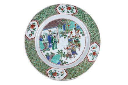 A LARGE CHINESE FAMILLE VERTE FIGURATIVE DISH. Qing Dynasty, Kangxi era. The central roundel