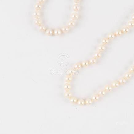 Un collier choker de perles de cultures blanches avec fermoir et chaînette de sécurité en or jaune