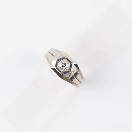 Chevalière ornée en son centre d'un diamant taille ancienne d'environ 0