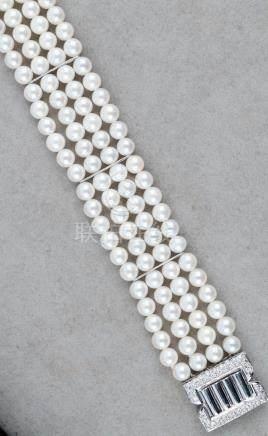 Bracelet manchette composé de quatre rangs de 90 perles de cultures blanches