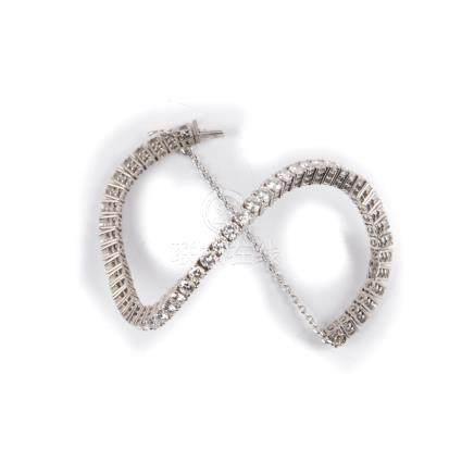 Bracelet rivière la monture en or gris ou platine ornée d'une chaine de sécurité et d'une ligne de 52 diamants  pour environ 6
