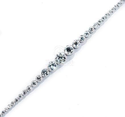 Bracelet rivière en chute composé d'une ligne de 53 diamants demi taille et taille ancienne diminutifs pour un total environ 8 ct
