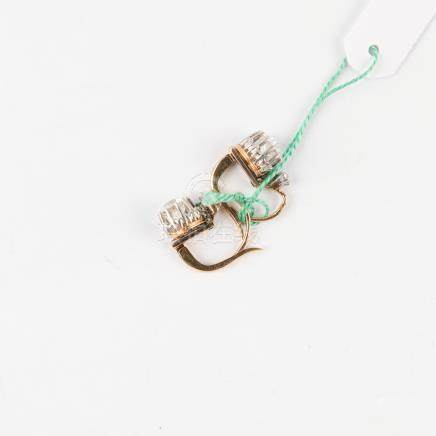 Paire de dormeuses anciennes en or rose 18 carats (750 millièmes)  sertie chacune d'un diamant taille ancienne d'environ 0