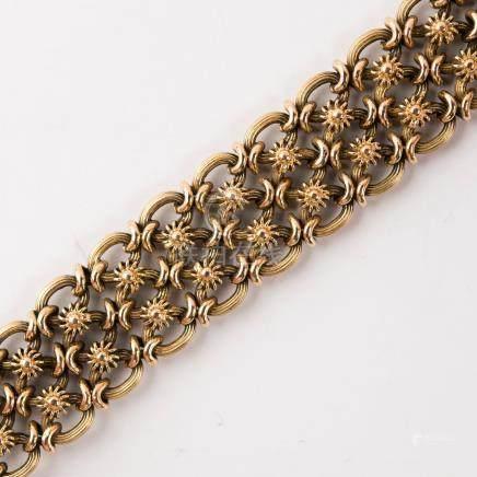 Bracelet manchette composé d'une maille ronde à décor floral
