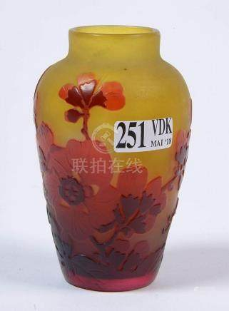"""Petit vase en verre multicouche dégagé à l'acide au """"décor f"""