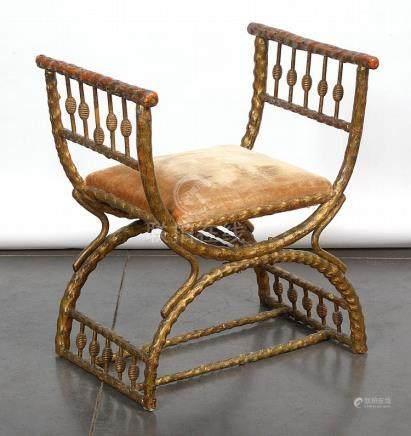 """Tabouret en """"X"""" à accotoirs en bois sculpté et doré à l'assi"""
