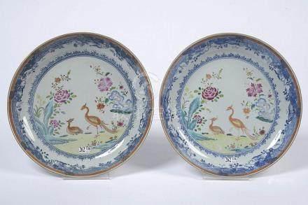 Paire de plats ronds en porcelaine polychrome de Chine décor