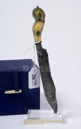 Poignard en fer au manche en ivoire sculpté. Epoque : Probab