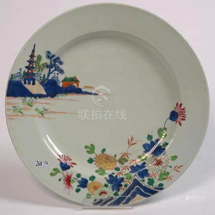 """Plat rond en porcelaine polychrome de Chine décoré d'un """"Pay"""