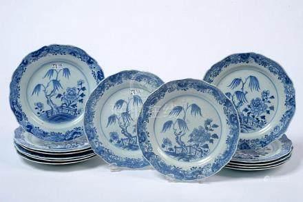 Suite de treize assiettes chantournées en porcelaine bleue e