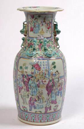 Vase en porcelaine polychrome de Canton muni de réserves déc