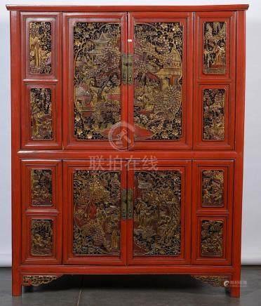 Armoire en bois laqué rouge et doré ouvrant par deux portes