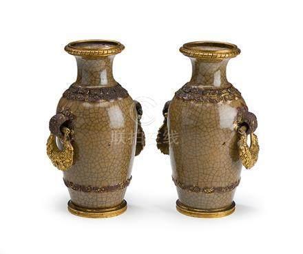 Ein Paar kleine Vasen in Ormoulu-Bronzemontierung, China, 19