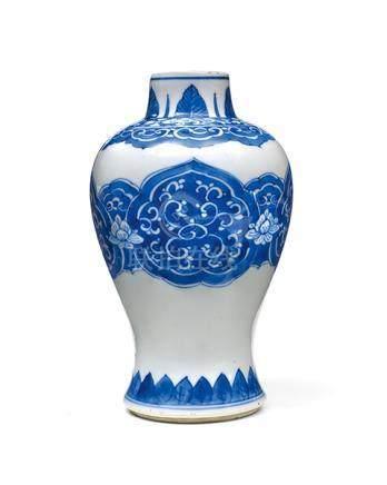 Vase, China, 18. Jh. Hoher, oben stark gebauchter Korpus und