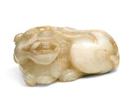 Jade-Fô-Hund, China. Weiss, liegend. L = 6,5 cm.