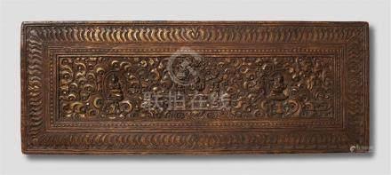 Buchdeckel. Holz, beschnitzt und vergoldet. Tibet. 17./18. Jh. Das Mittelfeld der Frontseite