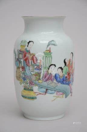 A vase in Chinese porcelain 'Ladies', marked (20cm)