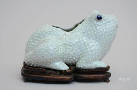 A 'frog' in Chinese porcelain on a wooden base (20x27x14cm)