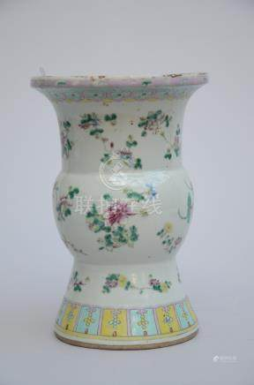 Spittoon in Chinese famille rose porcelain (*) (33cm)