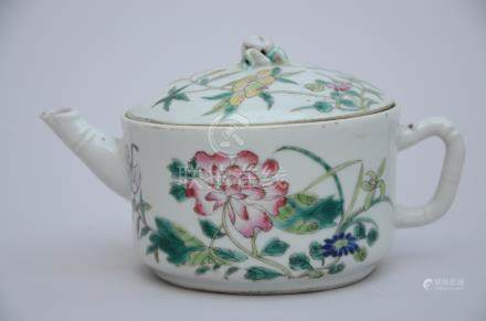 A teapot in Chinese porcelain 'flowers', Republic period (9cm)