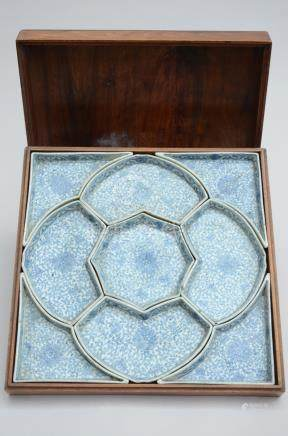 Set of 'sweat meat dishes' in Chinese porcelain with wooden box (*) (35x35cm)