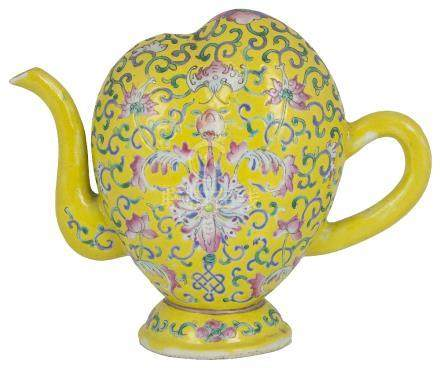 A CHINESE CADOGAN TYPE PORCELAIN WINE POT (OR TEAPOT), EARLY 20TH CENTURY