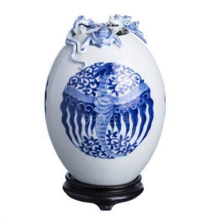 Chinese porcelain vase 'dragon'