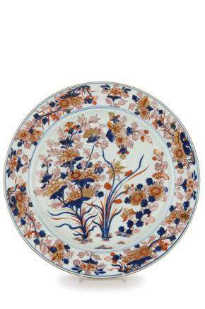 GRANDE PIATTO IN PORCELLANA IMARI, CINA, EPOCA KANGXI (1662-