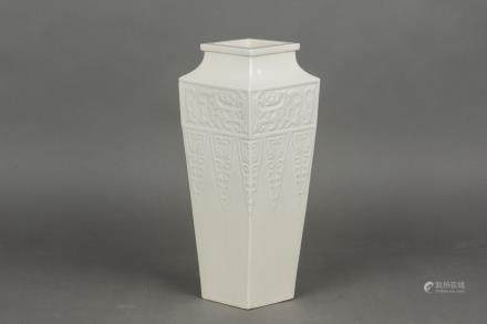 A PORCELAIN VASE, 19TH CENTURY