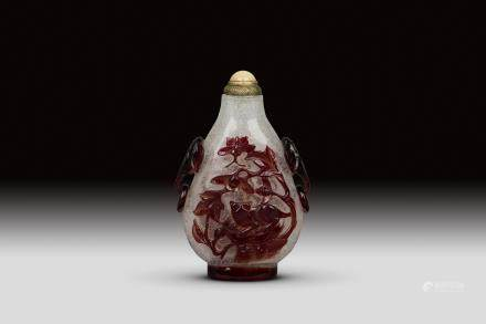 A RED OVERLAY BUBBLE-SUFFUSED COLORLESS GLASS SNUFF BOTTEL, QING DYNASTY