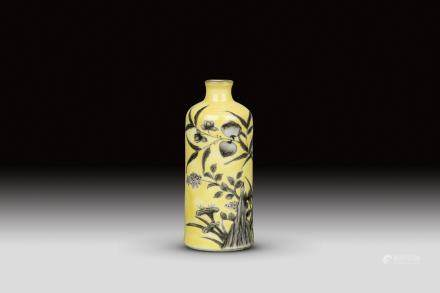 A YELLOW GROUND PORCELAIN SNUF BOTTLE, REPUBLIC PERIOD