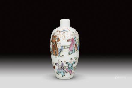 A FAMILLE ROSE ENAMEL PORCELAIN SNUFF BOTTLE, QING DYNASTY, TONGZHI PERIOD