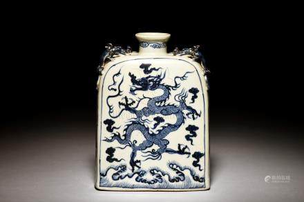 BLUE AND WHITE 'DRAGONS' FLASK WITH CHILONG HANDLES