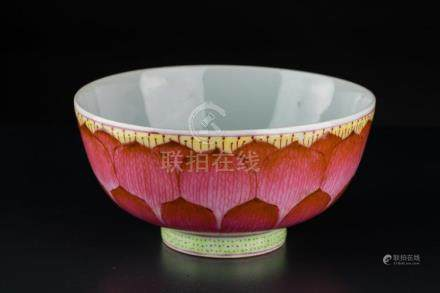 Chinese Art A famille rose porcelain bowl decorated with flo