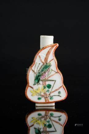 Chinese Art A leaf shaped famille verte porcelain snuff bott