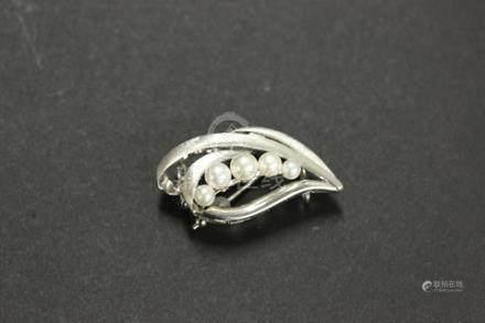 嵌珍珠花型胸針