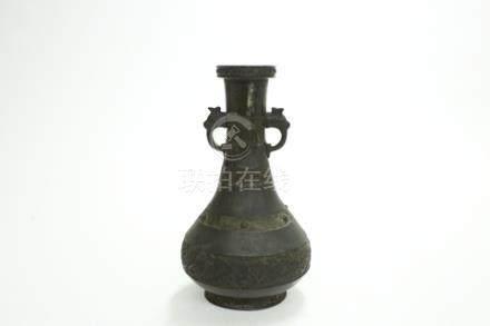 銅海水夔龍紋雙耳瓶