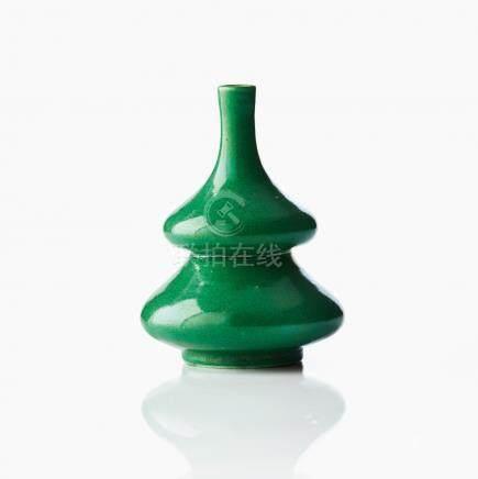 A green crackle glaze double gourd vase