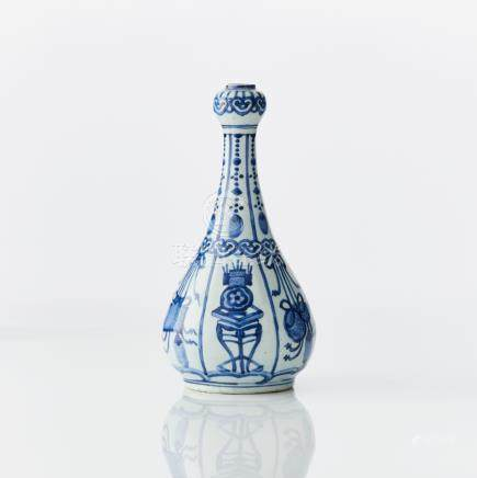 A Chinese late Ming blue and white 'kraak porselein' garlic-neck bottle-vase, suantouping