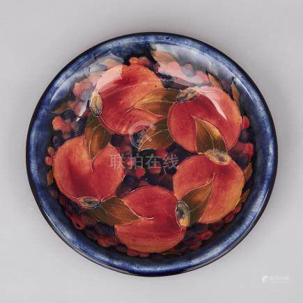Moorcroft Pomegranate Plate, c.1916-18, diameter 8.8\ — 22.4 cm.