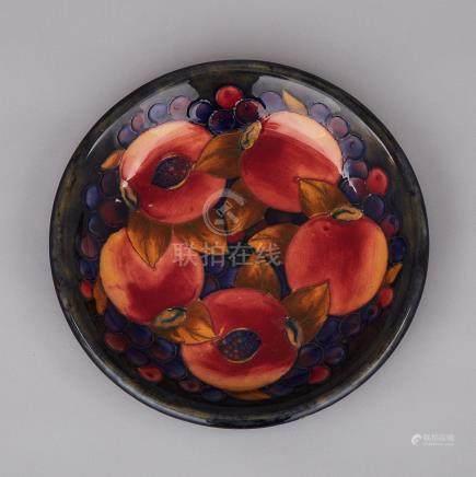 Moorcroft Pomegranate Plate, c.1925, diameter 8.6\ — 21.8 cm.
