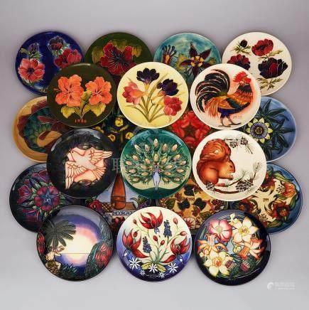 Set of Twenty-One Moorcroft Year Plates, 1982-2002, diameter 8.8\ — 22.4 cm. (21 Pieces)
